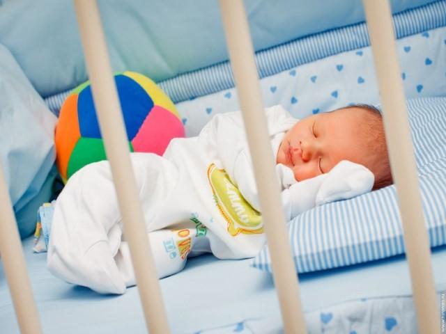 Новорожденный плохо спит ночью. Что делать